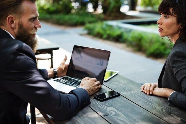 Basis von strategischen Marketingentscheidungen können persönliche Kundenumfragen sein